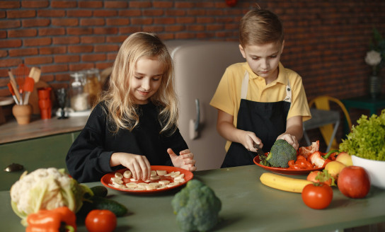 children slicing vegetables 3984714